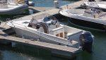 location PACIFIC CRAFT 730 moteur YAMAHA 225CV, départ Port du Crouesty pour découvrir le Golfe du Morbihan vue du bateau au ponton