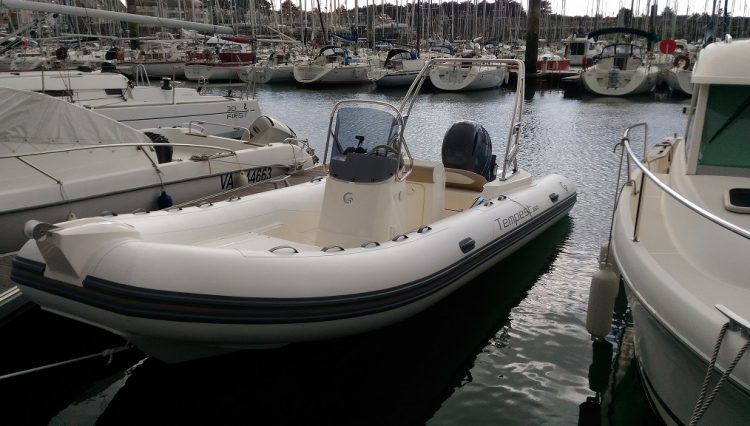 location de semi-rigide CAPELLI TEMPEST 650 avec moteur YAMAHA 175CV au départ du Crouesty pour découvrir le Golfe du Morbihan vue du bateau au ponton