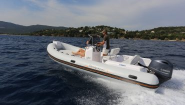 CAPELLI EASY625 avec moteur YAMAHA 100 CV vue du bateau en navigation